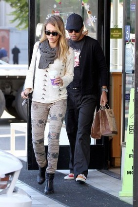Jessica Alba In Current/Elliott Tribal Jeans | Denim Daily | Denim Daily | Scoop.it