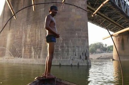 The Indian Coin Divers of Yamuna River | Strange days indeed... | Scoop.it