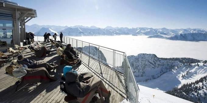 Réputées coûteuses, les Alpes suisses s'essaient au ski