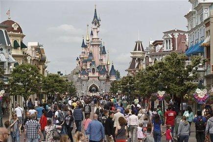 Man with 2 handguns, partner arrested at Disneyland Paris | TRAVEL KEVELAIR | Scoop.it