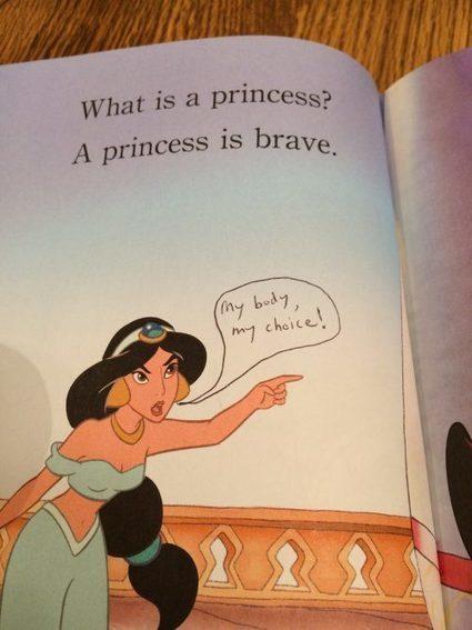#SCEUNED16 Una madre edita los cuentos Disney de su hija con notas feministas   Psicopedagogía   Scoop.it