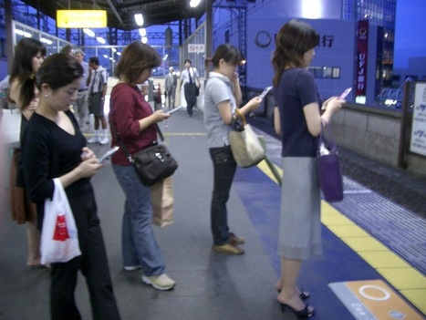 People using smartphones tend to linger in public spaces, study shows | MobileLand | Scoop.it