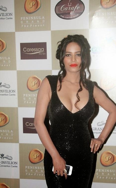 Desi Babe Poonam Pandey In Backless Shining Black Long Gown At Peninsula Grand Indian Ramp