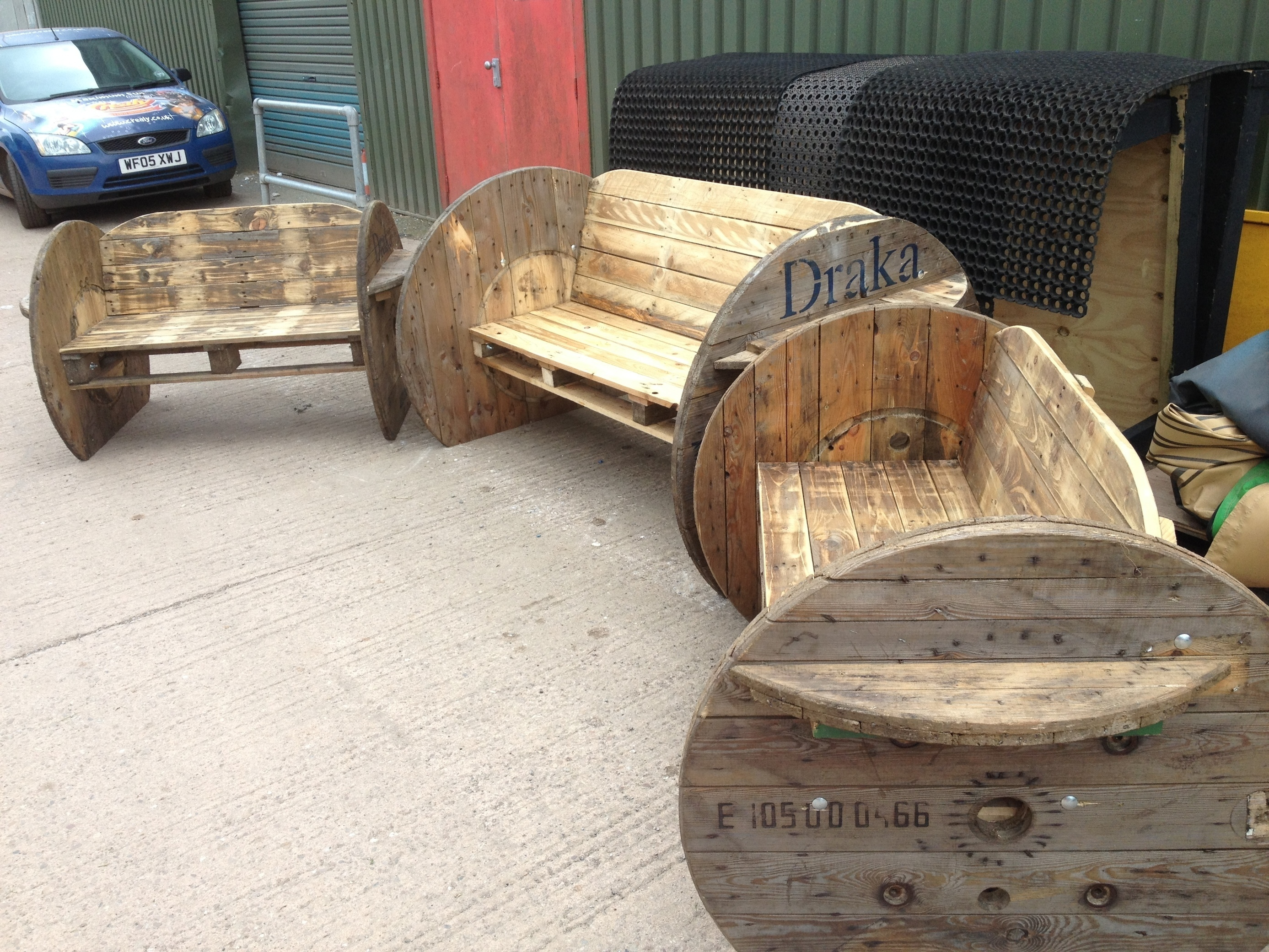 Pallet and cable drum benches 1001 pallets id for Fabrication de meuble en bois de palette