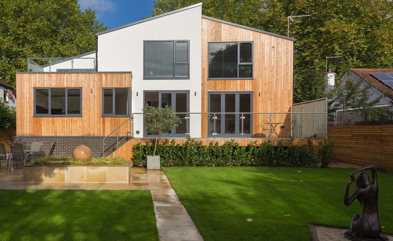 Maison bois contemporaine et parement de socle