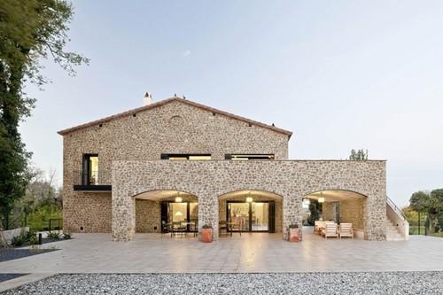 jolie maison traditionnelle en pierre par n ria selva villaronga empord espagne. Black Bedroom Furniture Sets. Home Design Ideas