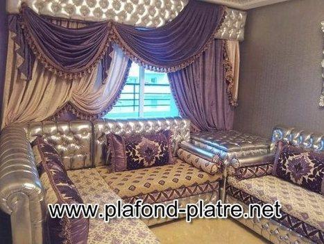 salon marocain arabe avec canapés et tab...