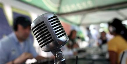 Actualité forte et nouveaux usages soutiennent les audiences des radios  - LeMonde.fr | Bilingual News for Students | Scoop.it