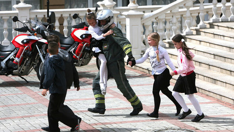 Slavyansk kids and women cross Russian border on foot after Ukraine seizes bus | Unthinking respect for authority is the greatest enemy of truth. | Scoop.it