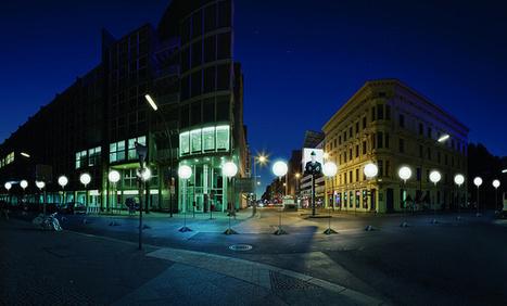 Berlin Wall Rebuilt in Glowing Orbs   Avoir du savoir ville durable   Scoop.it